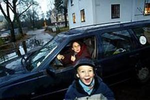 Varje morgon är det trångt och bökigt vid Forsbacka skola. Nu kräver skolrådet fler p-platser. Det finns ingen trafiksäker plats för Åsa Jacobs att lämna Patrick, 6 år, och hans syster. Foto: ANNAKARIN BJÖRNSTRÖM