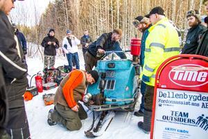 Per Andersson, Magnus Rosenqvist  och Urban Jonsson håller på att starta gengasskotern som de byggt. En konvertering som lockade åskadare.