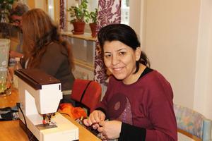 Aziza Osso från Syrien trivs på Hantverket.