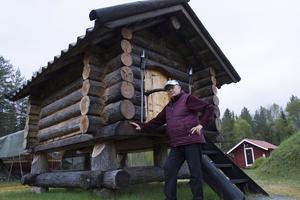Förutom att rusta upp huset i Sorga har Ivan byggt till en stuga, en fäbod och en jordkällare.