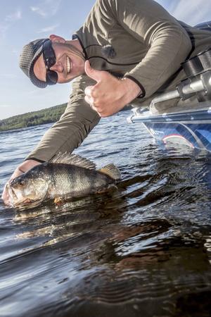 Sportfiske gör Tony Nyman glad, speciellt när han får större abborrar som han tycker är jättevackra.