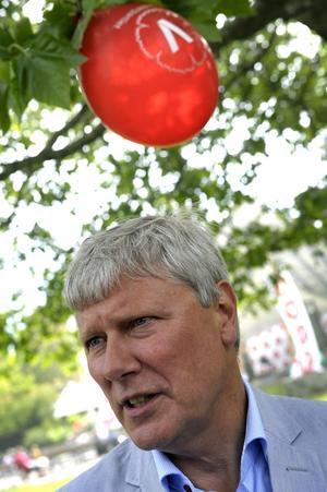 Dags att vakna upp. Lars Ohly (V) lever i en bubbla. Han måste inse att det är dags att lämna partiledarposten.