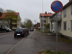 Odd Fellowgatan i Vansbro är ett av de områden där det är störst problem med felparkerade bilar.