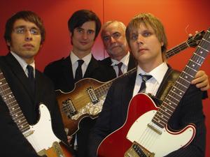Jonas Thorell, tvåa från vänster, spelar Who-låtar tillsammans med Grand Old Softies efter filmvisningen.
