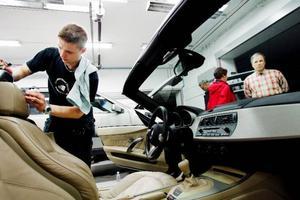 Arne Nilsson, Krokom, tittar på när Nicklas Olsson lär ut knep för att få bilen riktigt ren inför sommaren.