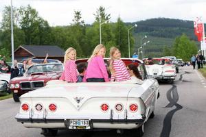 Unga töser på cruising i Hede. Ella och Julia Fjellner, Vemdalen, och Rebecka Sund, Svenstavik, myste när de fick glänsa i Christer Fjellner Impal från 1961.