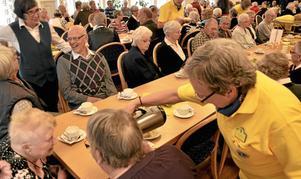 KAffepaus. Raija Glatz från Lions Club Christina serverar kaffe och Hyttsextettens Margareta Seger hade en pratstund med Göran Hagerberg. Foto: Michael Landberg