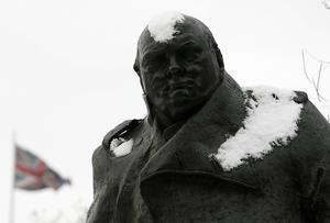 Monumenten över Winston Churchill är många efter andra världskriget men historieskrivningen  att England stod upp mot rasismen behöver nyanseras rejält. England som stor koloniamakt var en grogrund för just rasistiska övermänniskoideal och för en framväxande fascism, enligt Manuel Sarkisyanz.