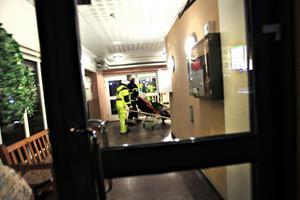 Mannen som bor i den brandhärjade lägenheten fördes till sjukhus med ambulans.