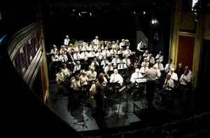 Närmare 60 musiker fyllde scenen och bjöd den nästan fullsatta salongen på klasstoner.