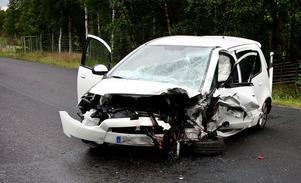 En medelålders kvinna, hemmahörande på annan ort, omkom i samband med en våldsam bilkollision på riksväg 50 norr om Gräsberg den 3 juli. Det var på rakan mellan Malsjön och Svarthyttan, cirka en kilometer söder om på- och avfarten till Morberget, som kvinnans bil kolliderade med en bil som kommit över på fel sida vägen.