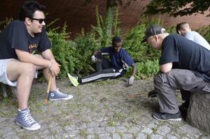 Leon Rönnmark arbetar i sommar tillsammans med sina kollegor med park och renhållning.