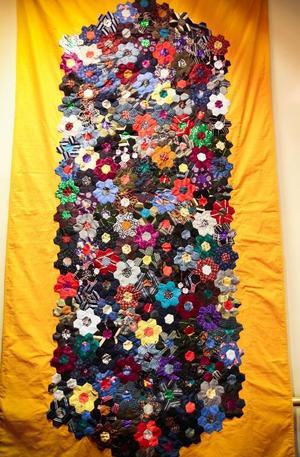 Den här väggbonaden är gjord av Carin Norén, Jämtkvaliten. Till mönstret har hon använt gamla slipsar.