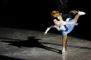 Skönheten (Nellie Lögdahl) och Odjuret (Ellinor Dahlin) förenade i dans sedan han räddat henne från vargarna.