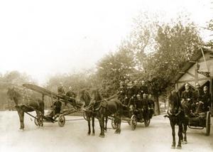 Sundsvalls nya trupp av brandsoldateruppställda framför den provisoriskabrandstationen i Järnvägsparken. Denlåg mellan järnvägsstationen ochStrandgatan, alltså där E4-trafiken nurusar fram. Brandstationen uppfördes redan på hösten 1888.