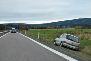 En person fick lindriga skador efter olyckan norr om Hedemora.