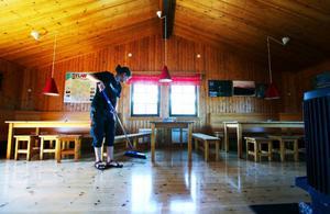 """Städning, matlagning, receptionsjobb. Arbetsuppgifterna är blandade för personalen på en fjällstation.""""Det känns som att jag kommer att kunna hålla på med det här resten av livet och kanske i större omfattning"""", säger Sarah Berg som jobbat på Helags fjällstation i sommar."""