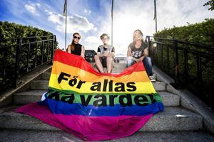 Manifestation för offren i Orlando. Cecilia (vill inte nämna efternanm) Axel Ståhlnacke och Gunnel Norberg.