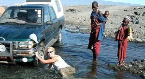 Det händer att Deborah Duveskog kör fast med sin trotjänare till bil. Här i Tanzania där några massajer stod beredda att hjälpa till.