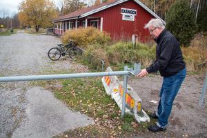 Mats Bark, ordförande i fotbollsklubben, är besviken på kommunen som han menar inte sett till att vägbommen varit låst.