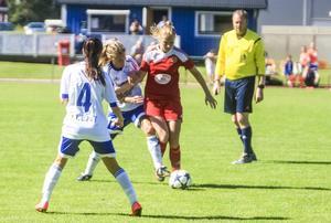 Sanna Lööw Ohlson med bollen.