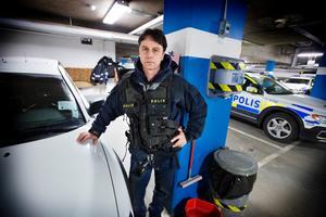"""Ralf Andersson, hundförare och ordförande i polisförbundet i Västmanland, är bekymrad över polisens vagnpark som är en av Sveriges äldsta. """"Det primära är ju att polisen kommer fram. Men det finns tydligen pengar till en ny ledningscentral i Uppsala som ingen vet hur mycket den kommer att kosta – när vi i dag redan har en fullt fungerade i Västerås"""", säger han."""