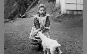 Signe Grankvist, född 1909. Bilden är tagen bakom Jones affär vid kyrkan i Gagnef omkring 1915. FOTO: H P Persson