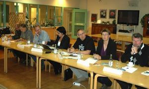 Från vänster, Göran Johansson (V), Abbe Ronsten (S), Ingemar Nygren (MP), Lotta Bergstrand (FP), Lars-Evert Dahlberg (KD), Marit Ragnarsson (C) och Tommy Andersson (M) deltog i debatten på måndagskvällen. Foto:Roland Berg
