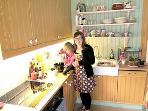 Kerstin får assistans i köket av Jenny.