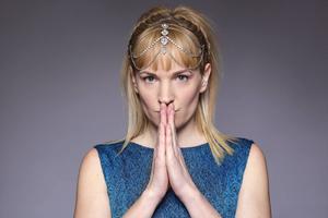 Anna-Karin Berglund kallar sig AKB som soloartist och släpper 1 april ep:n