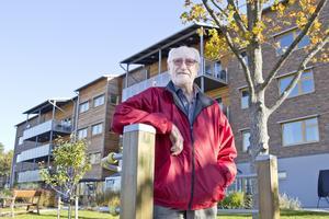 Äldre får köa länge för att få plats på äldreboenden vilket upprör Ulf Sandberg, ordförande för PRO i Västerås. Trots kön står ett äldreboende på Gotlandsgatan tomt.