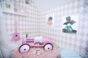 Sött som socker är femåriga Adeles sovrum. Tavlorna är målade av Jessicas brorsdotter och är kopior av Mrs Mighetto.