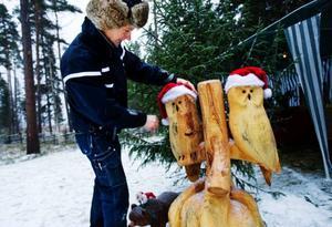 """Trähantverkaren Niclas Larsson, från Östersund, har arbetat med motorsågen i över tre dagar för att få fram lappugglorna ur en bred stubbe. """"Priserna blir rätt så höga på de saker som jag skapar med motorsågen så därför säljer jag även mindre saker som jag gjort i trä"""".Foto: Ulrika Andersson"""