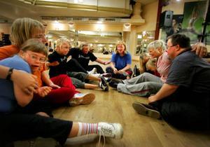 Att hålla om varandra och tala om för var och en att de gör ett bra jobb är en viktig del av träningen.Närmast i bild Johanna Vilmiko till vänster och Lars Bertlin  till höger.