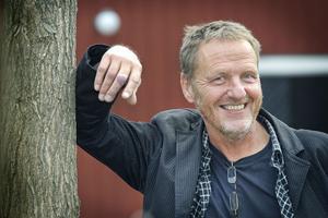 Olle Hillström grundade Glada Hudik-teatern med Pär Johansson, men lämnade verksamheten 2008.