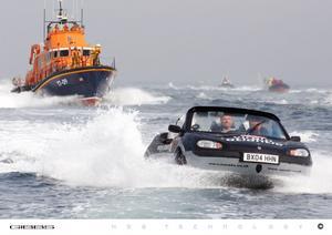 Brittiska Gibbs har korsat Engelska kanalen med sin Aquada, som har en toppfart på knappt 50 km i timmen.