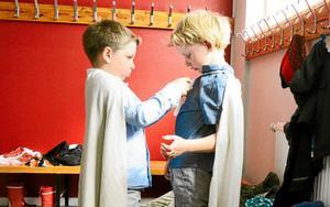En hjälpande hand. Simon Svensson, som Mio, hjälper Bastian Bonnevier, Jum-Jum, med dräkten.