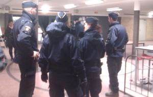 Polisen höll förhör med flera personer inne i Idrottshuset på lördagskvällen.