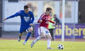 Jamie Hopcutt jagar Patrik Anttonen under den första  och mållösa halvleken på Tingvalla i Karlstad.