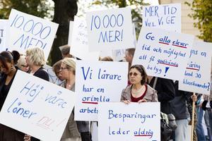 Ett antal lärare demonstrerade på lördagen mot besparingarna inom skolan.