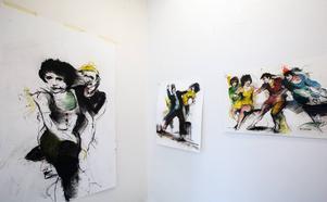 Bill Olsons bilder dansar runt väggarna.