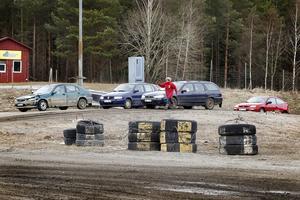 Full fart framåt. Det var tätt mellan bilarna på Ticksta motorstadion i lördags. 39 tjejer deltog vid dagen.