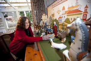 Gerd Sjökvist visar sin unika krubba.– Allt som händer och alla figurers agerande i julkrubban sker på grund av det här lilla barnets födelse. Änglarnas glädjebudskap till herdarna, de tre vise männen från Österlandet som kommer med sina gåvor och djuren som samlas kring barnet i stallet, berättar hon.