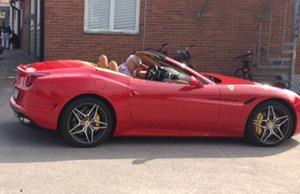 En sprillans ny Ferrari California T F1 dök upp på träffen. Pris: flera miljoner kronor.