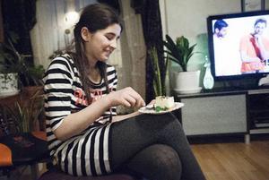 Mona Jasharli firar med tårta.