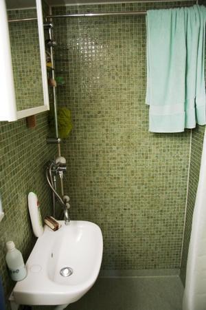 Fräscht. Toaletten/duschrummet är klätt med mosaik.