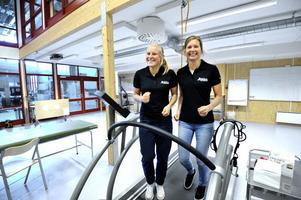 Hanna Falk och Sara Lindborg har flyttat till – och tillbaka till – Falun för att ägna sig helhjärtat åt längdskidåkning. De tycker att det är fördelaktigt att träna i en miljö tillsammans med andra elitidrottare.– Det finns många tjejer här som satsar och vill framåt, säger Hanna Falk.