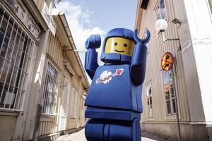 Lego-dräkten väger 10 kilo och är skapad av skumplast, textiler och perforerad aluminumplåt. Sammanlagt tog den cirka 200 timmar att färdigställa.