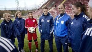 Tränare Ulf Hedlund (i mitten), tillsammans med några få friska TUFF-spelare.