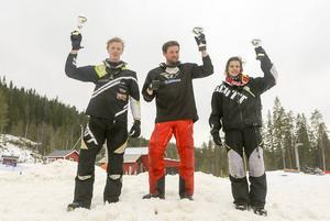 Linus Eriksson, Daniel Rönnung och Sebastian Persson lyfter sina bucklor.